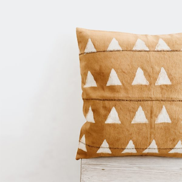 https://thewildworld.fr/wp-content/uploads/2019/03/coussin-ethnique-motif-africain-ocre-cote-2-scaled.jpg