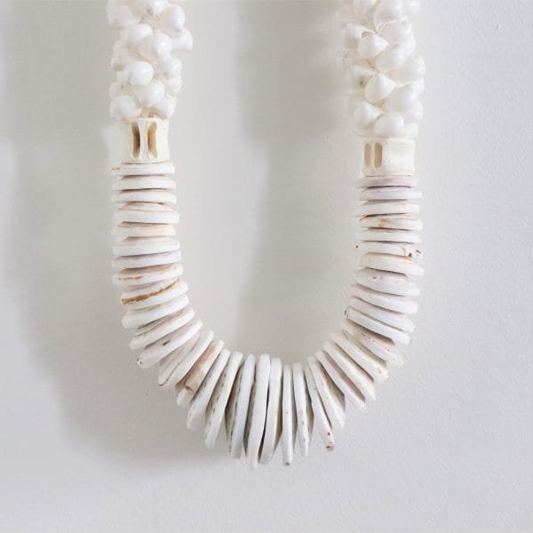 https://thewildworld.fr/wp-content/uploads/2019/03/grand-collier-deco-coquillages-blanc-zoom.jpg