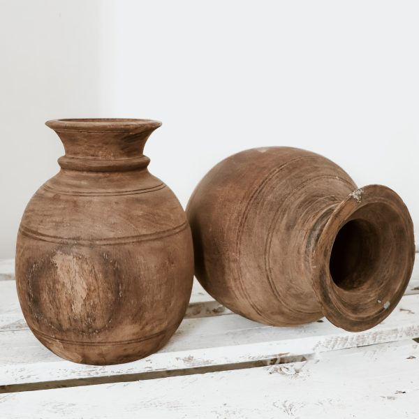 https://thewildworld.fr/wp-content/uploads/2021/02/ancien-pot-a-eau-indien-en-bois-deco-ethnique-scaled.jpg